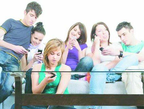 العالم الافتراضي يقتحم واقعية المجتمعات.. الأجهزة الخادعة.. تشويش دائم على العلاقات الاجتماعية.. وانتهاك مبرمج لخصوصيات الناس!
