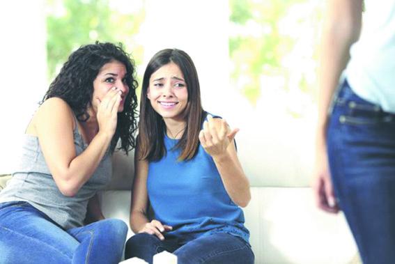 تحدد السلوك وتخالف الذات الضغوط الاجتماعية.. صراع بين الرغبات الشخصية وقيود المجتمع.. وامتثال لإرادة الآخرين
