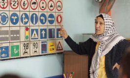 سيدة غزاوية تعلّم قيادة الشاحنات