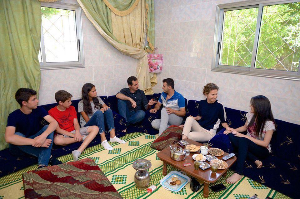 بالفيديو والصور .. الرئيس الأسد يزور وعائلته بعض جرحى الجيش في ريف حماة