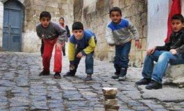 اللعب لساعات متأخرة في الشارع.. مخاطر متعددة وتداعيات مؤثرة على سلوكيات الأطفال!!