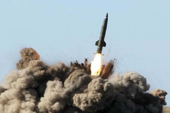 """الجيش اليمني يستهدف مواقع آل سعود في جيزان بصاروخ """"زلزال2"""""""
