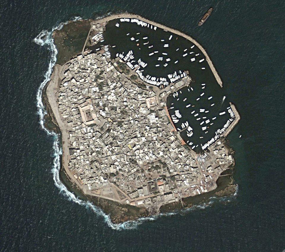 """حلة جديدة تنتظر جزيرة أرواد بعد إقرار مخططها التنظيمي  بصو: نعاني من تراكم القمامة والموازنة """"تأكلها"""" رواتب الموظفين!!"""