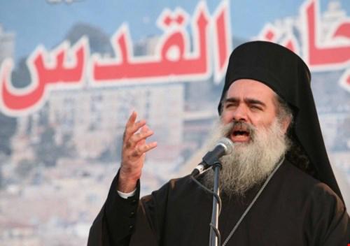 عقب تعرّضه لاعتداء من قبل المستوطنين  المطران حنا: باقون في القدس