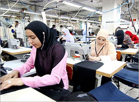 تمكين المرأة في إطار رؤى واستراتيجيات عمل حقيقية